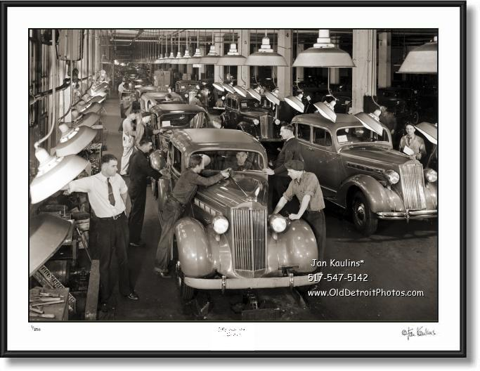 Click on this image to see an enlarged view of DETROIT MOTORCYCLE POLICE City Hall 1943.